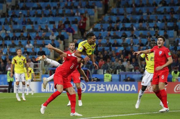 Thiên hạ cứ lo đá World Cup, Trung Quốc lo kiếm tiền - Ảnh 1.