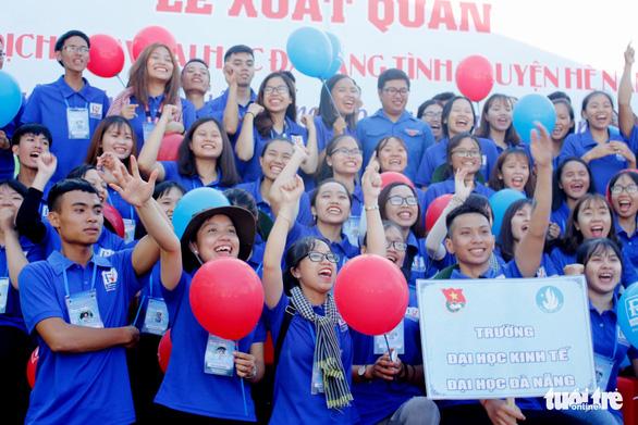 Sinh viên Đà Nẵng lên rừng, ra đảo, làm tình nguyện ở Lào - Ảnh 1.