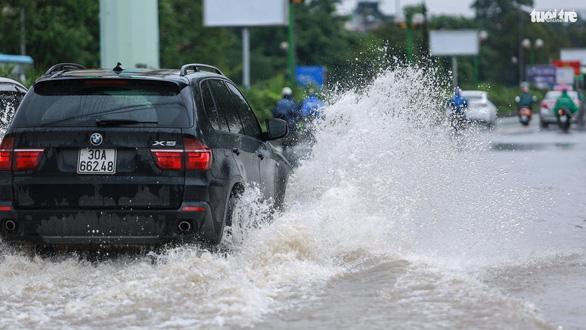 Nhiều tuyến phố Hà Nội ngập sâu sau mưa - Ảnh 2.