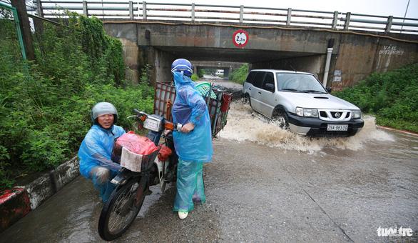 Nhiều tuyến phố Hà Nội ngập sâu sau mưa - Ảnh 3.