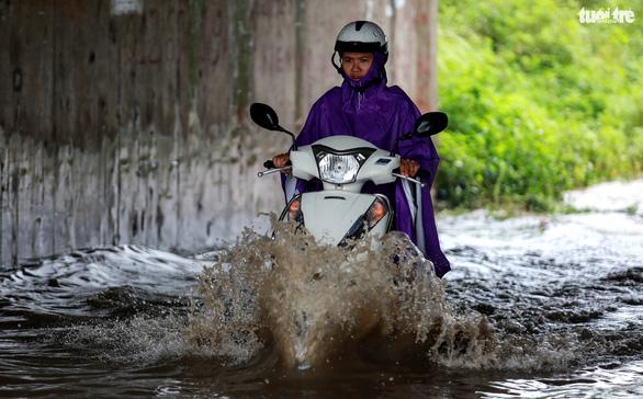 Nhiều tuyến phố Hà Nội ngập sâu sau mưa - Ảnh 5.