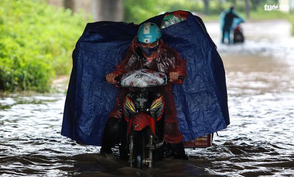 Nhiều tuyến phố Hà Nội ngập sâu sau mưa - Ảnh 6.