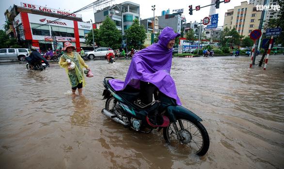 Nhiều tuyến phố Hà Nội ngập sâu sau mưa - Ảnh 7.