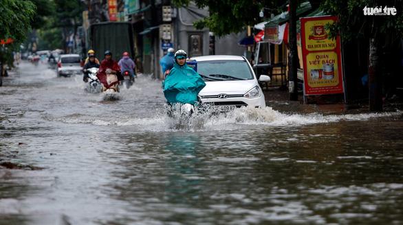 Nhiều tuyến phố Hà Nội ngập sâu sau mưa - Ảnh 8.