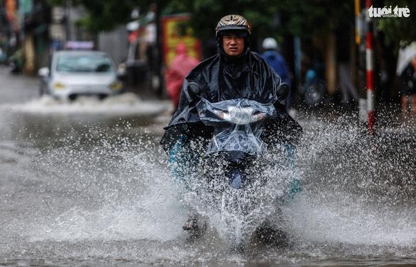 Nhiều tuyến phố Hà Nội ngập sâu sau mưa - Ảnh 9.
