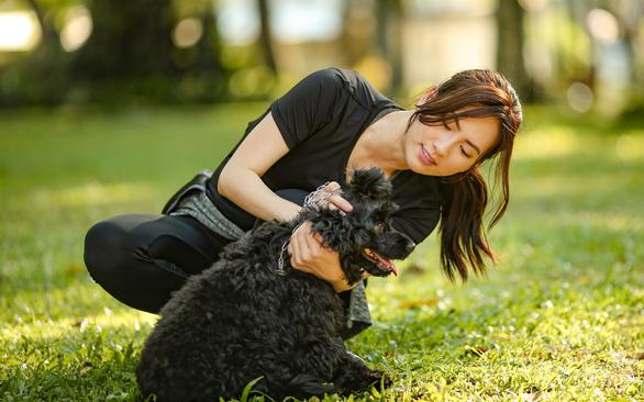 Thái Hòa, Phương Anh Đào vật lộn trên phim trường với… chó! - Ảnh 1.