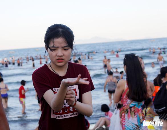 Nhiều người tắm biển Mỹ Khê bị mẩn ngứa bất thường - Ảnh 4.