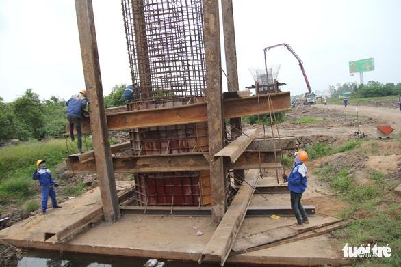 Làm thêm cầu vượt, cống hộp băng qua cao tốc Trung Lương - Mỹ Thuận - Ảnh 1.