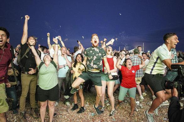Hàng triệu người Anh say xỉn, bỏ làm vì ăn mừng World Cup thâu đêm - Ảnh 4.