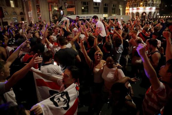Hàng triệu người Anh say xỉn, bỏ làm vì ăn mừng World Cup thâu đêm - Ảnh 1.