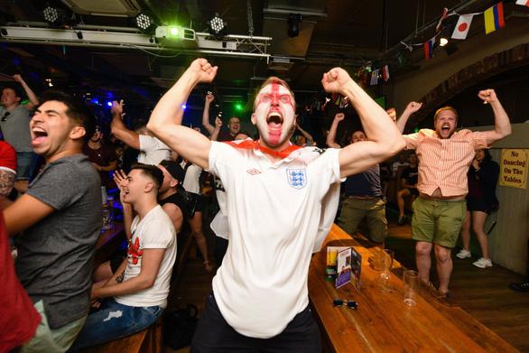 Hàng triệu người Anh say xỉn, bỏ làm vì ăn mừng World Cup thâu đêm - Ảnh 5.