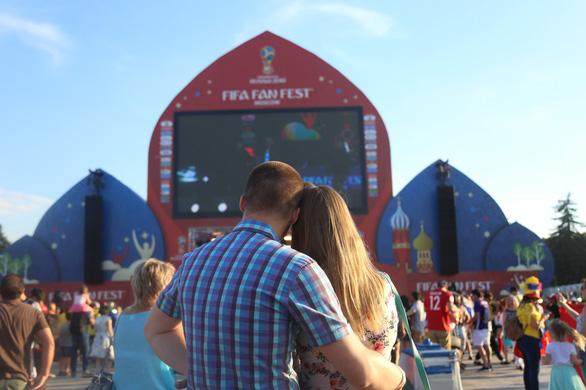 Muốn được hôn, cứ dắt người yêu đi xem World Cup - Ảnh 3.