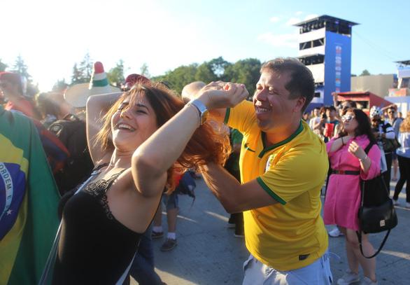 Muốn được hôn, cứ dắt người yêu đi xem World Cup - Ảnh 5.