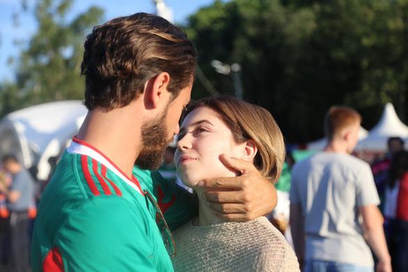 Muốn được hôn, cứ dắt người yêu đi xem World Cup - Ảnh 7.