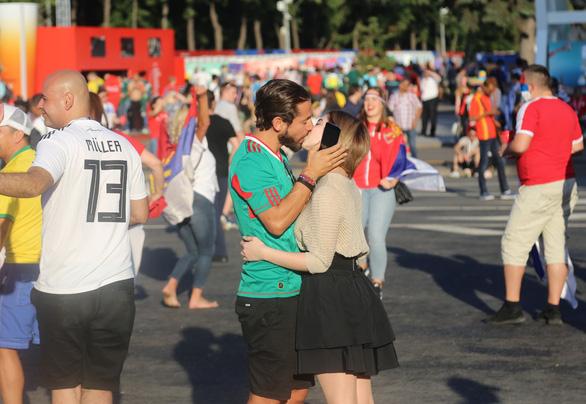 Muốn được hôn, cứ dắt người yêu đi xem World Cup - Ảnh 8.