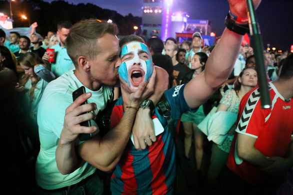 Muốn được hôn, cứ dắt người yêu đi xem World Cup - Ảnh 9.