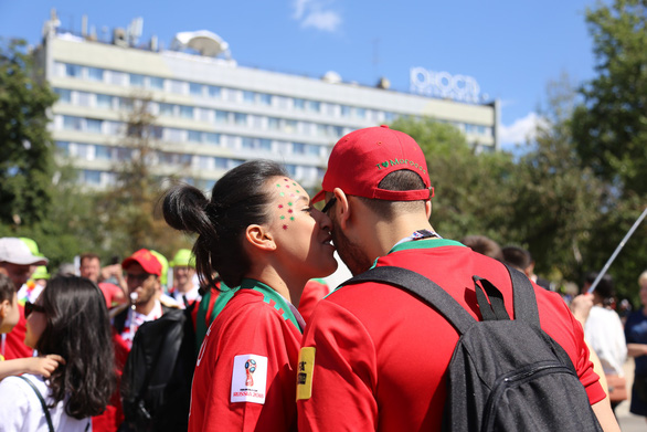 Muốn được hôn, cứ dắt người yêu đi xem World Cup - Ảnh 10.