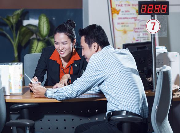 Ngân hàng tặng lãi suất, hoàn tiền cho khách hàng nữ giao dịch dịp 8-3 - Ảnh 1.