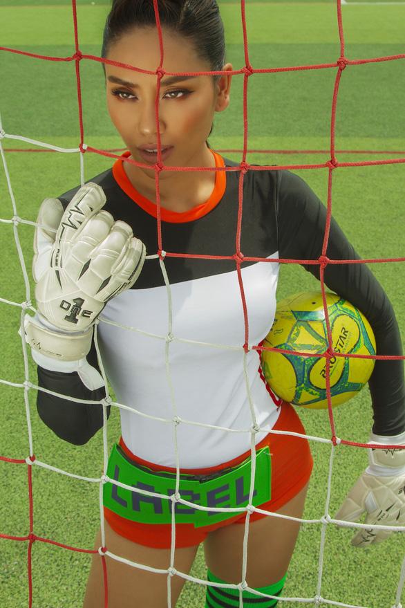 Nguyễn Thị Loan vui World Cup với bộ ảnh gợi cảm cùng trái bóng tròn - Ảnh 6.