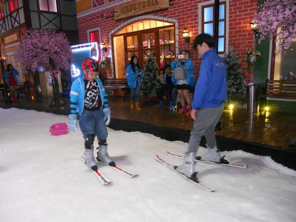 Mùa hè đi trượt tuyết, bắn cung ở Sài Gòn - Ảnh 2.