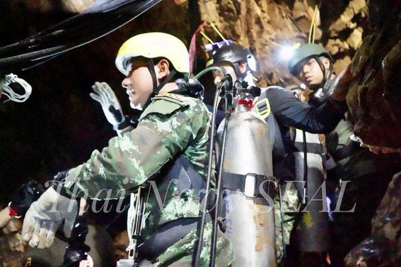 Xuyên đêm cứu đội bóng Thái Lan, một thành viên cứu hộ thiệt mạng - Ảnh 1.