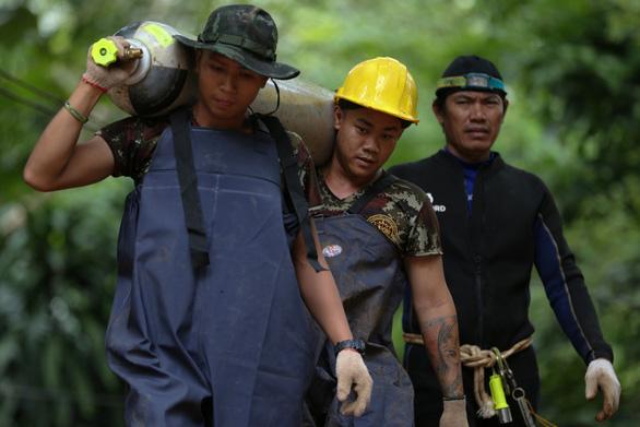 Xuyên đêm cứu đội bóng Thái Lan, một thành viên cứu hộ thiệt mạng - Ảnh 4.