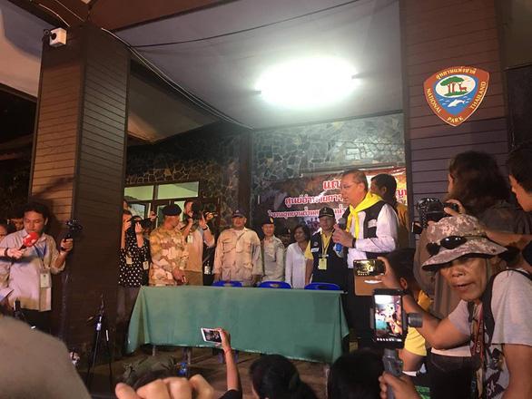 Cuộc họp báo lúc 0h trước cửa hang Tham Luang - Ảnh 3.