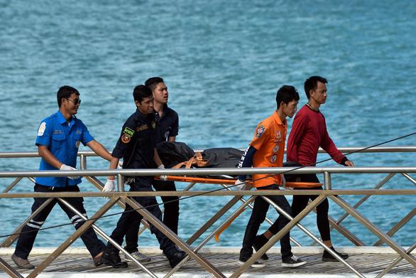 Chìm tàu du lịch ở Thái Lan: Nhiều người mặc áo phao vẫn thiệt mạng - Ảnh 2.