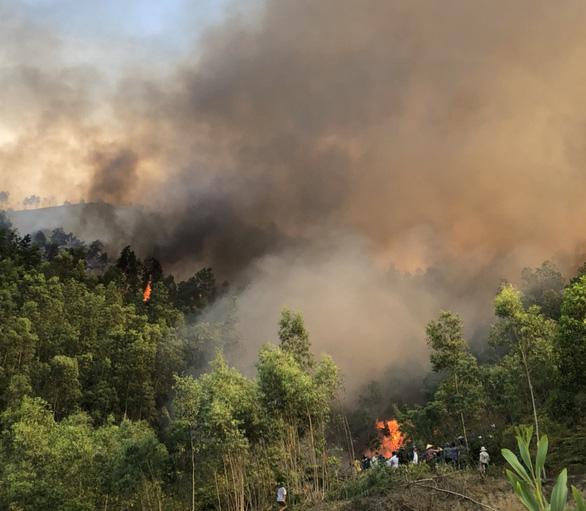 Nắng nóng gay gắt, liên tiếp cháy rừng ở miền núi phía Bắc - Ảnh 1.