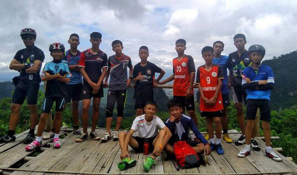 Các em được cứu khỏi hang Tham Luang đã được gặp người thân - Ảnh 3.