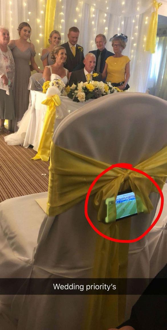 Ghiền World Cup, fan lén xem Anh đá với Thụy Điển bất chấp đám cưới - Ảnh 2.