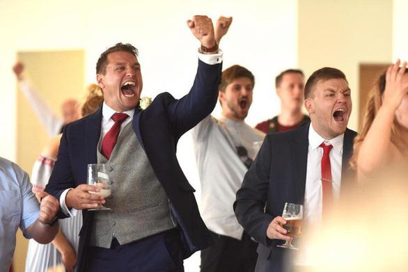 Ghiền World Cup, fan lén xem Anh đá với Thụy Điển bất chấp đám cưới - Ảnh 14.