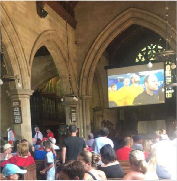 Ghiền World Cup, fan lén xem Anh đá với Thụy Điển bất chấp đám cưới - Ảnh 6.