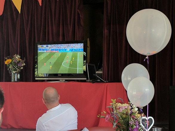 Ghiền World Cup, fan lén xem Anh đá với Thụy Điển bất chấp đám cưới - Ảnh 10.