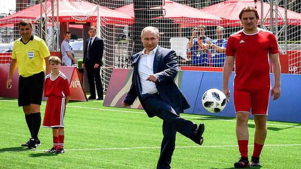 Tổng thống Putin tự hào về các chú gấu Nga dù thất bại ở World Cup - Ảnh 3.
