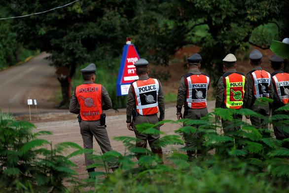 Giải cứu đội bóng Thái Lan: Kết thúc ngày thứ hai, thêm 4 em ra ngoài an toàn - Ảnh 3.