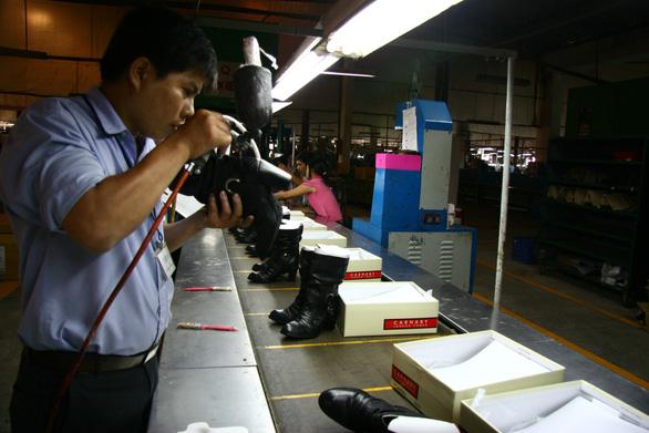 Da giày Việt Nam tăng áp lực từ cuộc chiến thương mại Mỹ - Trung - Ảnh 1.