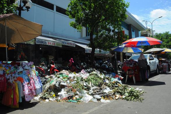 Dân không cho xe chở rác vào bãi, rác ùn ứ khắp TP Quảng Ngãi - Ảnh 1.
