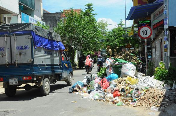 Dân không cho xe chở rác vào bãi, rác ùn ứ khắp TP Quảng Ngãi - Ảnh 2.