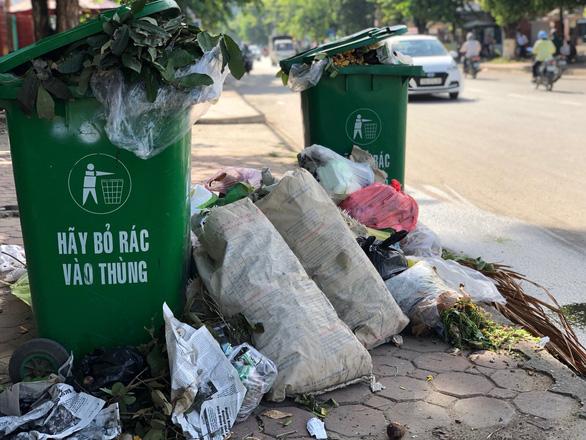 Dân không cho xe chở rác vào bãi, rác ùn ứ khắp TP Quảng Ngãi - Ảnh 5.