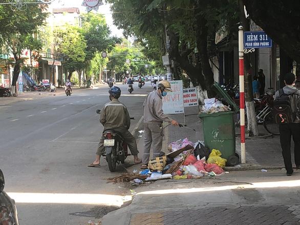 Dân không cho xe chở rác vào bãi, rác ùn ứ khắp TP Quảng Ngãi - Ảnh 4.