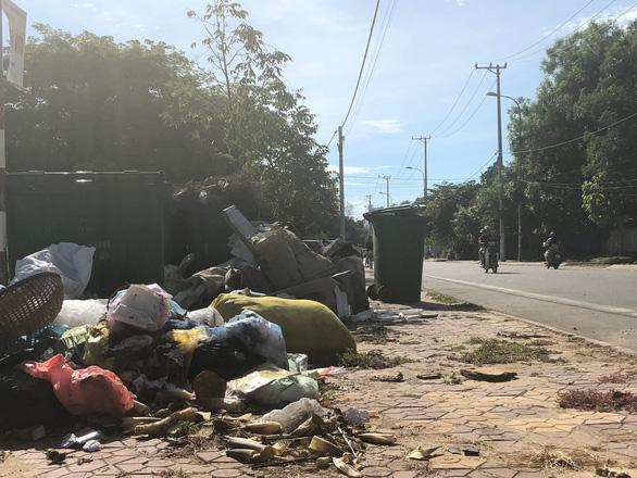 Dân không cho xe chở rác vào bãi, rác ùn ứ khắp TP Quảng Ngãi - Ảnh 3.