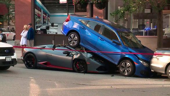 Lamborghini Huracan Spyder chui gầm Honda Civic - Ảnh 2.