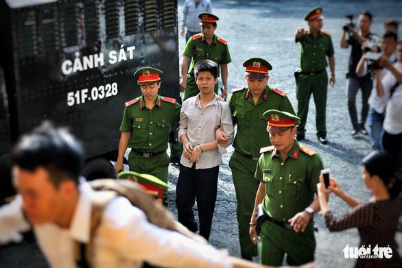 Nghi phạm thảm sát gia đình 5 người ở Bình Tân lạnh lùng hầu tòa - Ảnh 1.