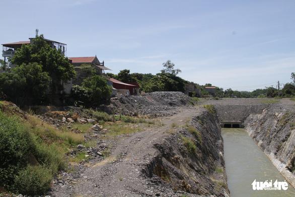 Nổ mìn thi công kênh làm nứt nhà dân, gần 1 năm chưa đền bù - Ảnh 1.