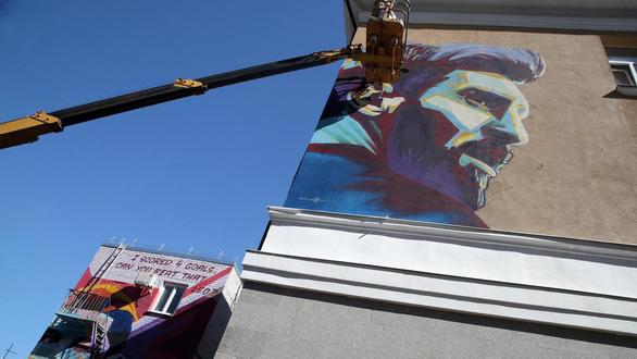 Thành phố ám quẻ, cầu thủ cứ lên hình graffiti là... về nước - Ảnh 2.