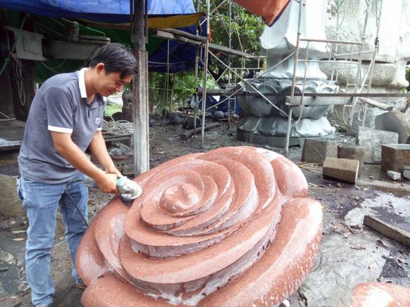 Cậu bé học lớp 10 chọn nghề điêu khắc đá - Ảnh 1.