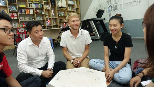 Thầy giáo vay tiền học tiếng Anh, mở lớp miễn phí cho trò - Ảnh 1.