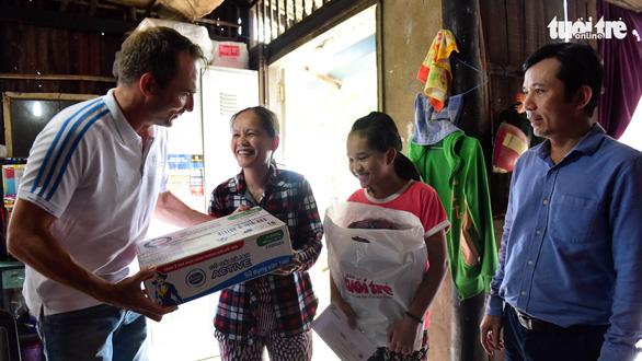 Học bổng Đèn đom đóm: Tiếp sức trẻ em nghèo hiếu học - Ảnh 1.
