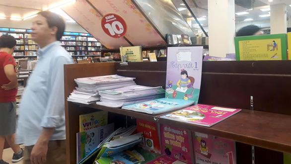 Đỏ mắt tìm mua sách lớp 1 - Ảnh 1.